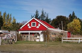 A small red barn in Athol, Southland